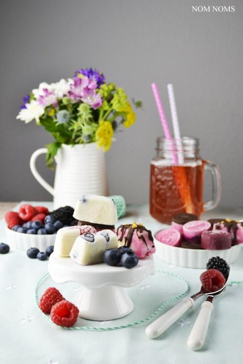 {beerenstark} frozen yogurt bites mit beeren   frozen yogurt bites with berries (vegan) ❤