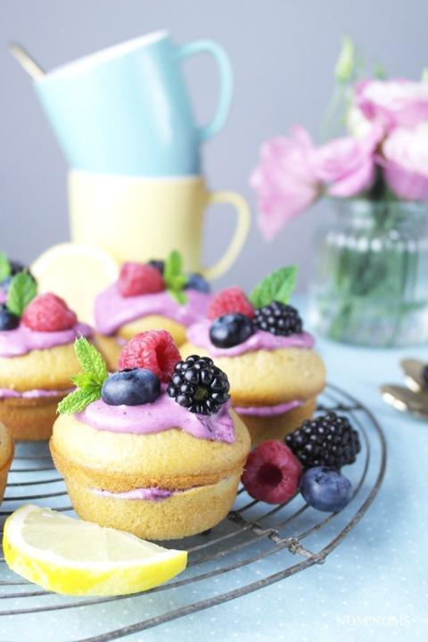 zitronen muffin-küchlein mit blaubeer-frischkäse | lemon muffins with blueberry cream cheese frosting (vegetarian) ❤
