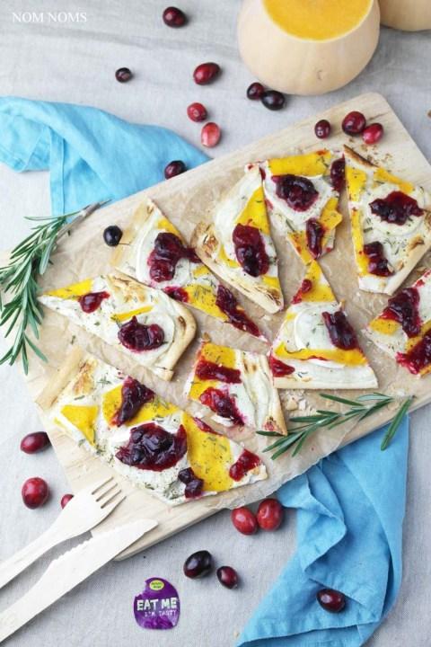 flammkuchen mit butternut-kürbis, ziegenkäse und cranberry soße | tarte flambée with butternut, goat cheese and cranberry sauce (vegetarian)