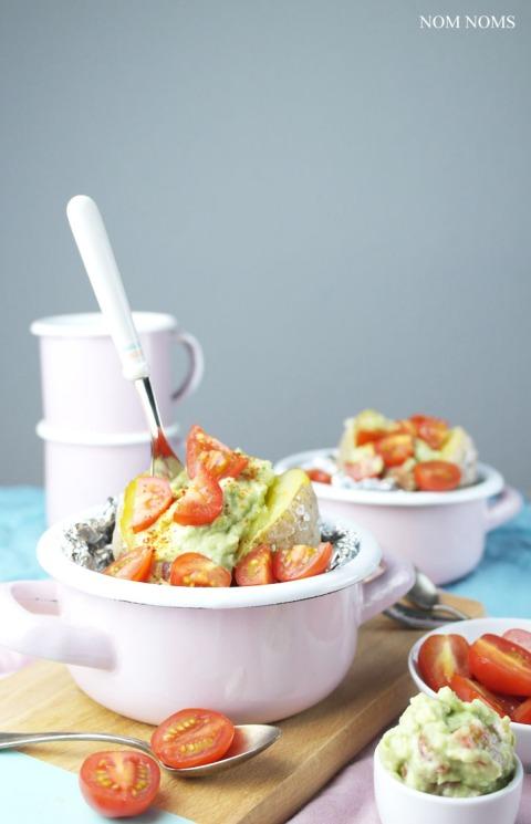 ofenkartoffel mit avocado-tomaten-salsa | baked potato with avocado tomato salsa (vegan) ❤