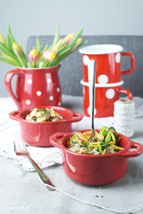 gemüse-spaghetti mit veganer carbonara   vegetable spaghetti with vegan carbonara